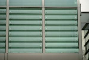 Sonnenschutz durch gebogene Glaslamellen