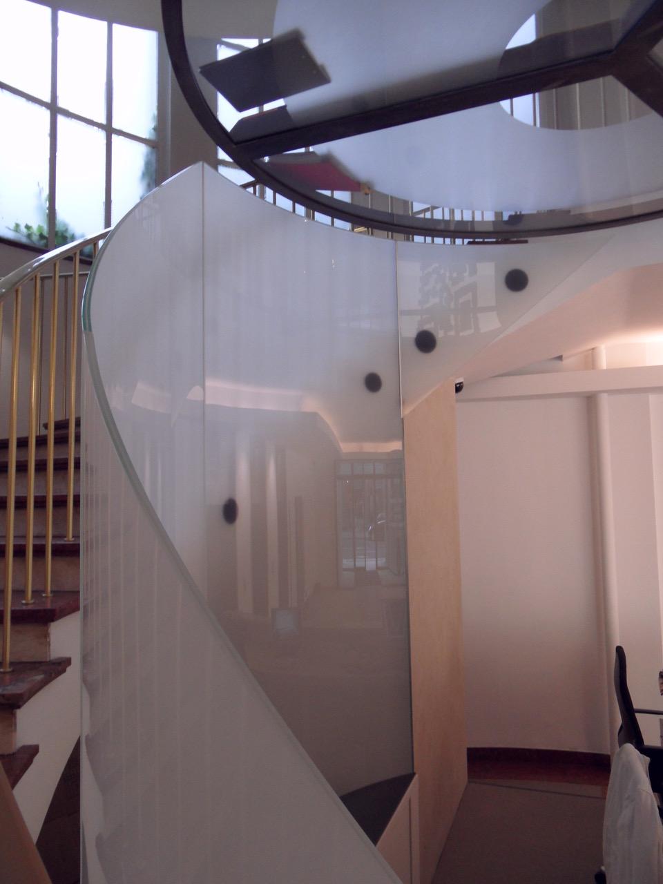 Treppe aus gebogenem Glas