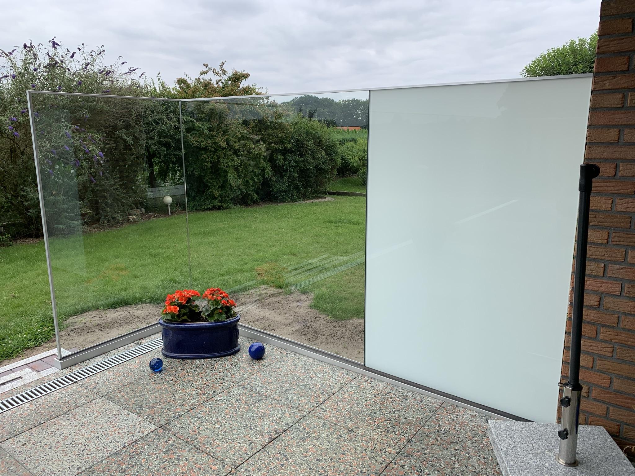Terrasse mit Glasgeländer – Ansicht von innen