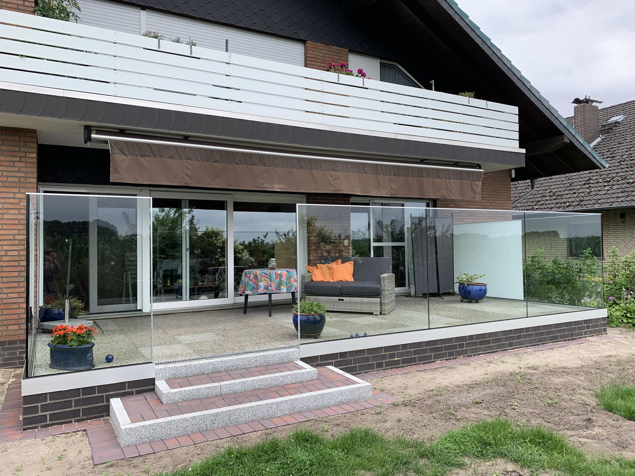 Glasgeländer einer Terrasse – Außenansicht